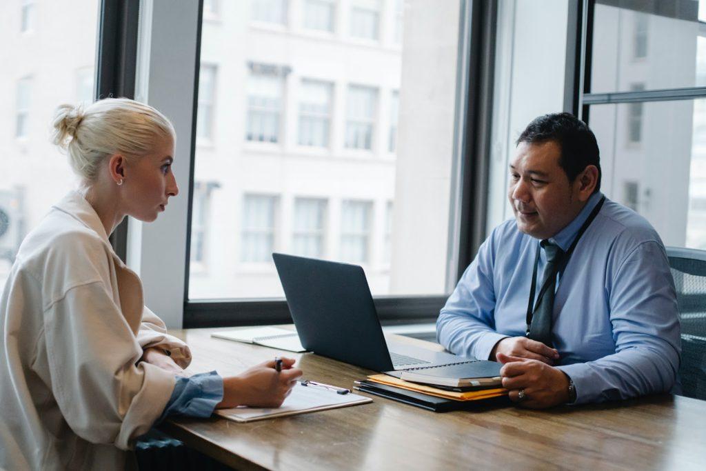 Cada institución financiera cuenta con especialistas que te pueden ayudar especialmente con temas de créditos hipotecarios.